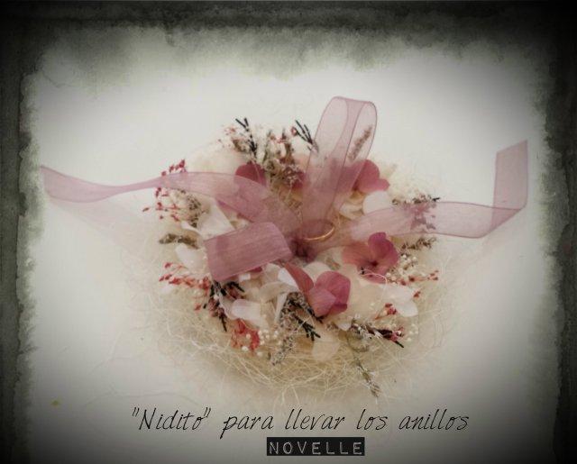 Novelle Novias-Porta anillos boda con flor preservada