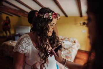 Vestido, Ramo preservado y Corona de flores NOVELLE Novias -Boda Amaia& Bea - Foto: Xabi Vide